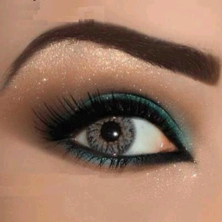 Teal eyeliner goes well with gray eyes