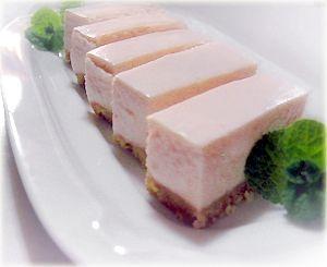 「夏の味♡すもものレアチーズケーキ」夏の味プラムソースで少量~ 手軽に作れるデザート♪レシピ:12cm角型【楽天レシピ】