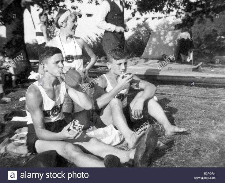 Download this stock image: German athlets having a break at the Olympics in Berlin in 1936. - E2AGR4 from Alamy's library of millions of high resolution stock photos, illustrations and vectors.