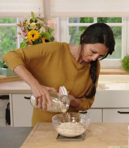 Sandra weegt 300 gram havermout met een keukenweegschaal van Cosy & Trendy