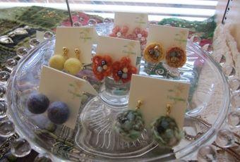 羊毛ボールや手紡ぎ毛糸のお花のピアス earrings