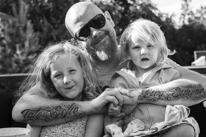 Εικόνες με φοβερούς μπαμπάδες με τατουάζ αγκαλιά με τα μωρά τους