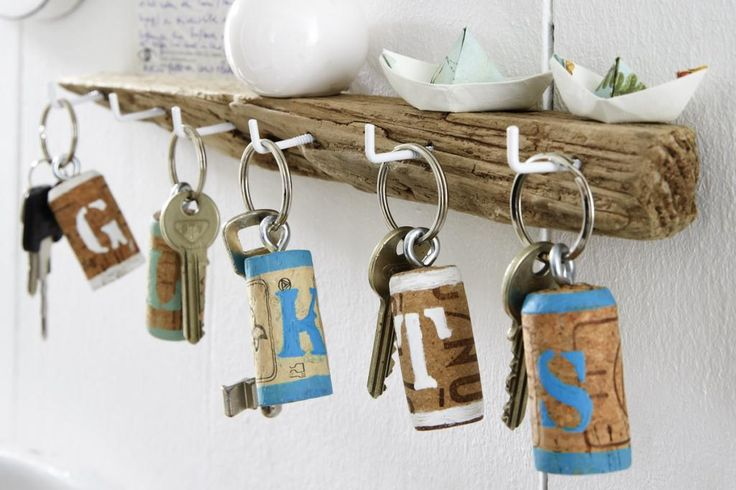 Dopo le feste sicuramente vi ritroverete con diversi tappi di sughero a disposizione. Create facilmente questi portachiavi personalizzati e simpaticissimi!