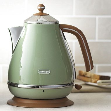 Cool Delonghi Vintage Icona Kettle in green would add a retro touch to any kitchen