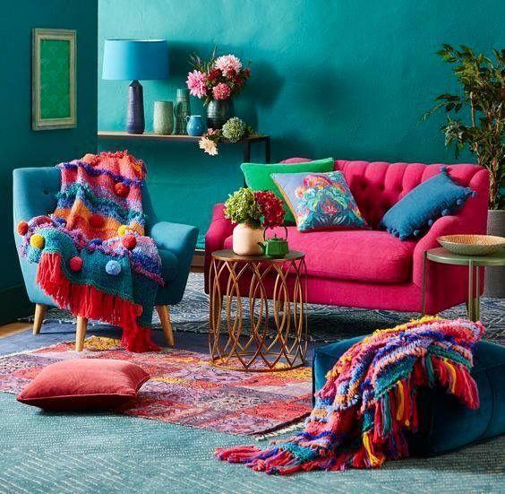 Ein helles und farbenfrohes Wohnzimmer mit einfach…