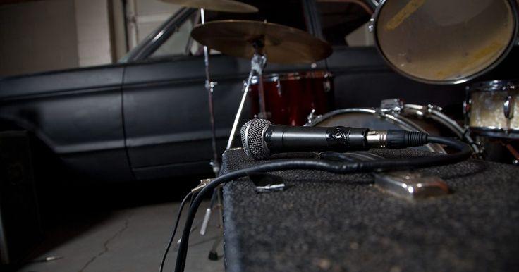 Cómo conectar el estéreo del auto a un amplificador. Agregar un amplificador a un sistema de audio de un auto es una buena manera de aumentar el poder de manipulación mientras reduces la distorsión. Como resultado, los usuarios reportan un aumento en la calidad del sonido. La vasta mayoría de cabezas de unidades incorpora al menos un enchufe RCA, permitiendo la conexión de un amplificador externo. ...