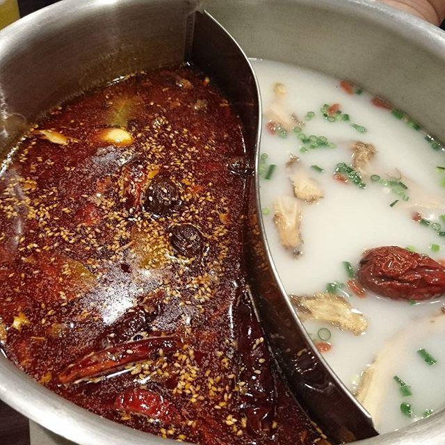火鍋🔥😋 食べ放題で2580円…美味しいうえに安い😆 お野菜はセルフサービスっていうのも面白い いつもは赤と白のスープの割合2:1ですが白が美味しく1:1くらいが美味でした ビールも安いしまた行きたいな😊  #火鍋 #ビール #肉 #野菜 #中華 #食べ放題 #海龍宮 #重慶火鍋 #上野 #呑兵衛 #呑兵衛女子 #安定の呑みメンバー