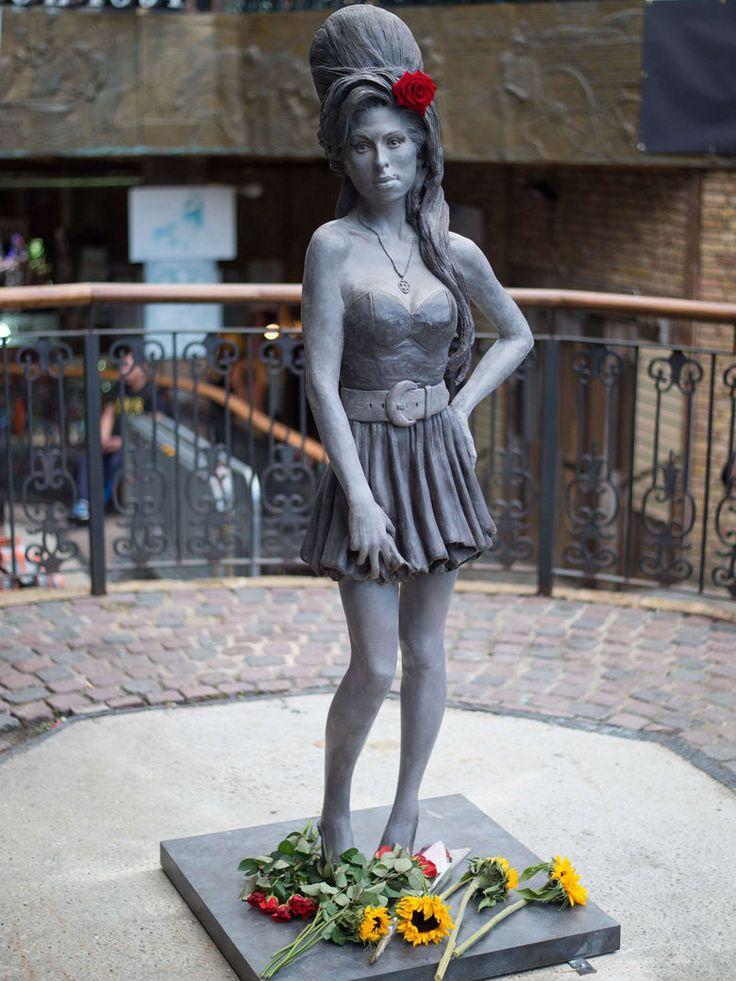 La statue d'Amy trône au milieu de Camden Market