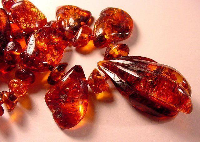 A borostyán vagy borostyánkő az idők során megkövesedett gyantából alakul ki (lényegében fosszília). Zárványaiban találhatunk apró leveleket vagy