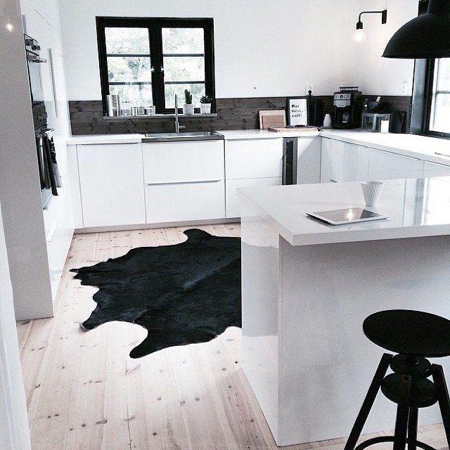 Kuhfell in der schwarz-weißen Küche. Cooles Design