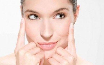 Per mantenere la cute elastica e giovane un rimedio naturale e privo di controindicazioni è dato dalla ginnastica facciale antirughe: ecco alcuni semplici esercizi.