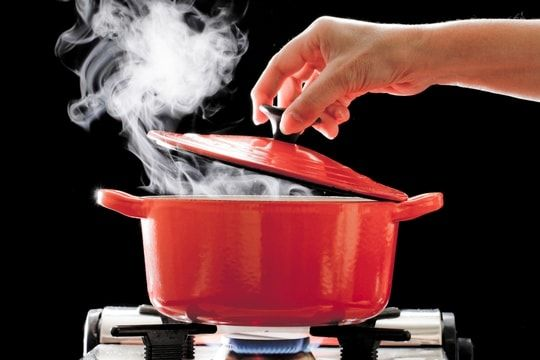 chasser les odeurs de cuisson Faire bouillir de l'eau avec du vinaigre ou des clous de girofle,faire un caramel .......