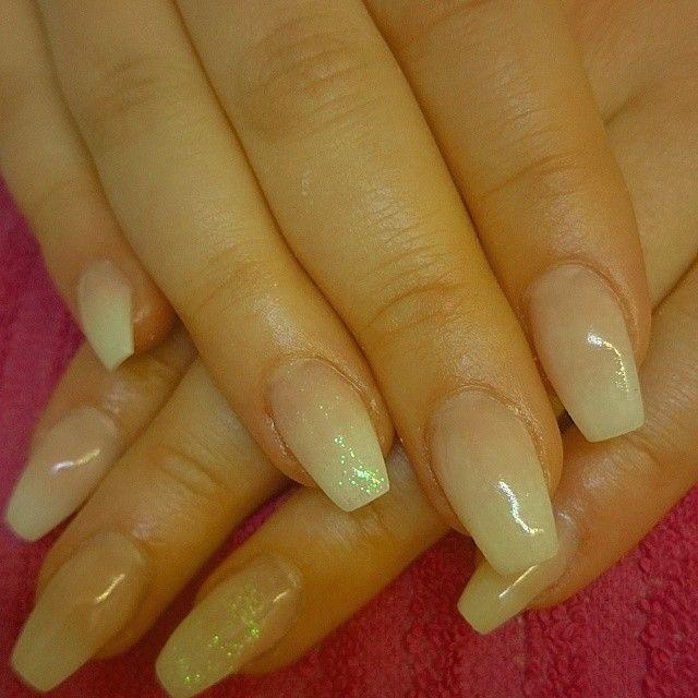 Fadead fransk manikyr med glitter på ringfingrarna passade gulliga Maja perfekt!              e