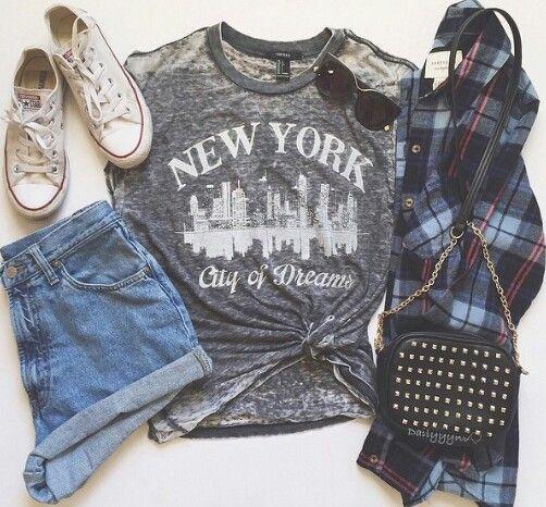 T-shirt cinza + shorts jeans + camisa xadrez + acessórios