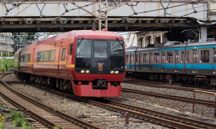 """series 253 express train """"Kinugawa"""" (Photo by Showa Express)"""