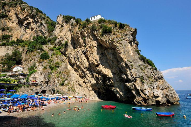 Долина ярости (Валлоне-ди-Фуроре), Италия / Vallone di Furore, Italy  Амальфи — сказочный город на побережье Италии, со скалистыми утесами и красивыми сине-зелеными водами. Здесь на побережье находится ущелье Валлоне ди Фуроре, в котором можно увидеть скромные рыбацкие домики прямо на скалах.