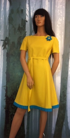 Minsin, lemon wool dress with short sleeves. Long belt at the waist and turquoise details.