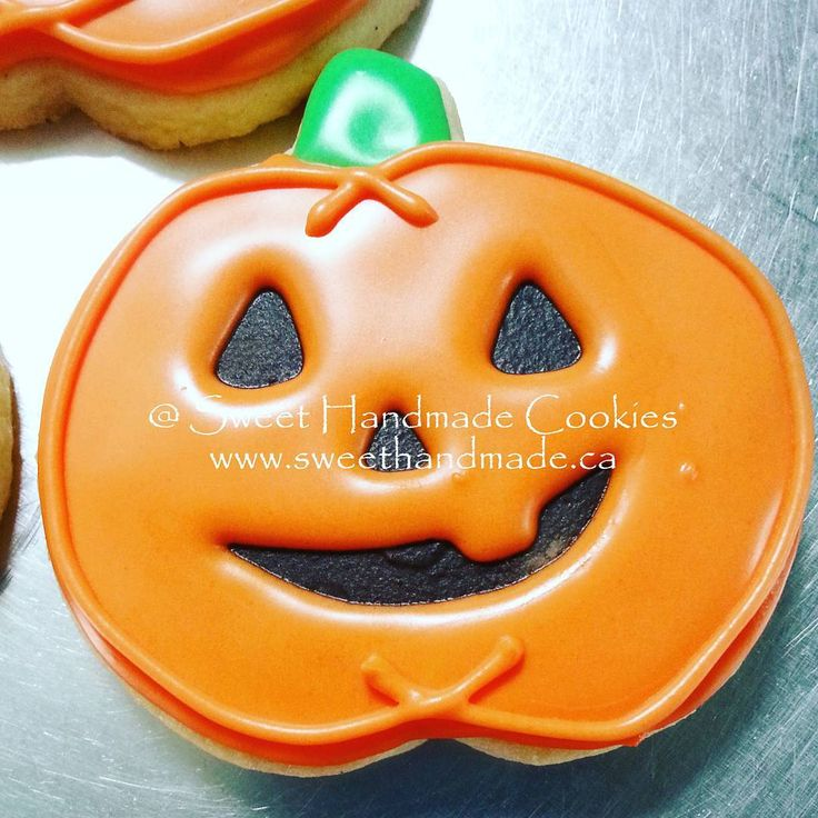 I was never satisfied with my jack-o-lantern cookies until I started this technique.  First a smear of black directly into the cookie.  That dries very quickly.  Then the orange icing.  Love these little guys!  #sweethandmadecookies #customcookies #decoratedcookies #designercookies #cookies #bradfordontariocookies #jackolanterncookies #halloween #halloweencookies