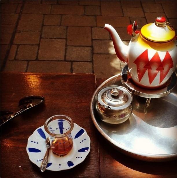 Chá no Kuwait - O chá típico no Kuwait é preparado com folhas de chá preto temperado com cardamomo e açafrão.