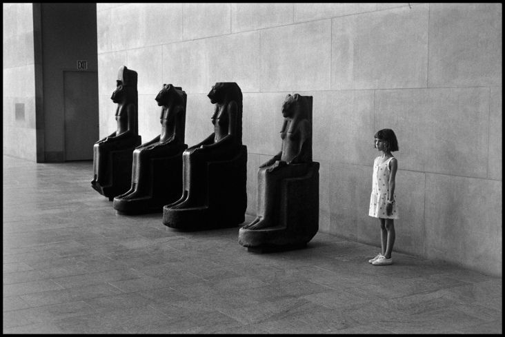 Elliot Erwitt USA. 1988 New York City. The Metropolitan Museum of Art