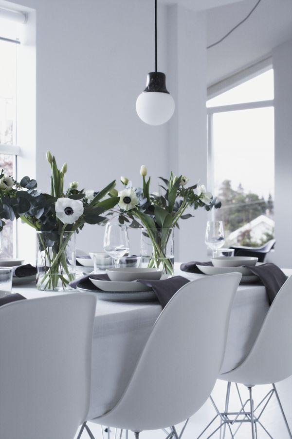 Det finnes vel knapt noe mer hyggelig enn å dekke bord til fest, frotse i vakre blomster og forberede en hyggelig middag. Og når det endelig finnes anemoner i butikkene igjen trenger ikke jeg så mye mer til bordet. Til … Les videre
