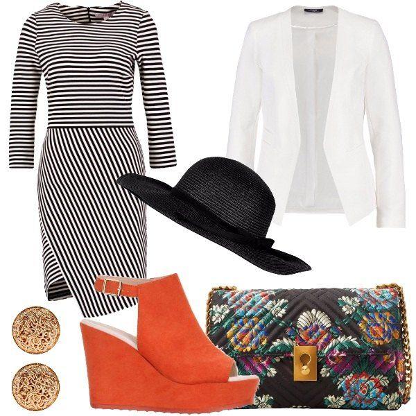 Outfit composto da vestito in jersey a fantasia rigata con scollo tondo, blazer bianco, sandalo con tacco a zeppa, borsa a tracolla a fantasia floreale, orecchini in metallo e cappello nero a tesa larga.