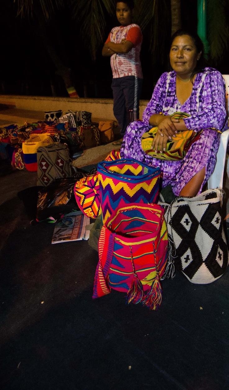Vendedora de mochilas wayuu, en Riohacha Guajira Colombia. Ruta del vallenato.