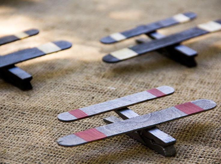 Αεροπλάνα       1. Αεροπλάνα με μανταλάκι   & ξυλάκια κατασκευών     πηγή: moonfrye       2. Αεροπλανάκι με χάρτινα ρολά κουζίνας     ...