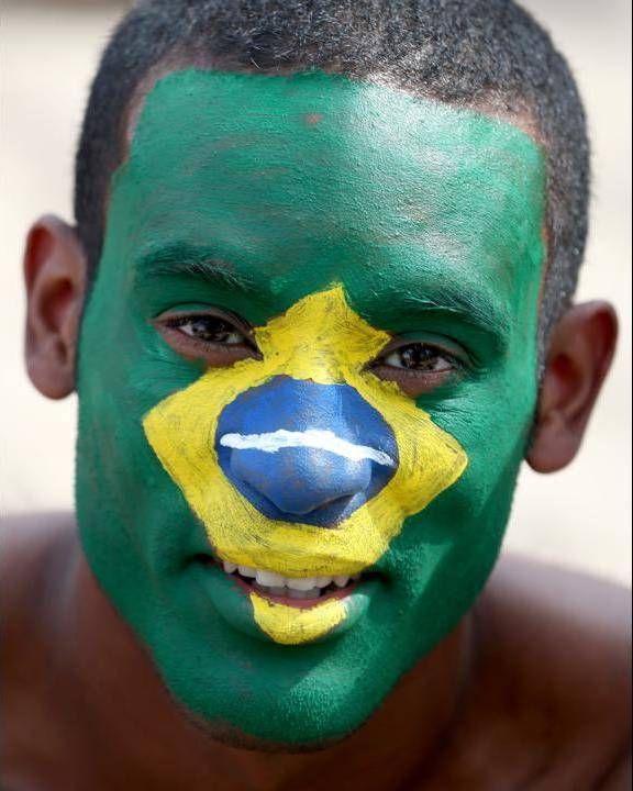 Maquillaje con los colores de la bandera de Brasil