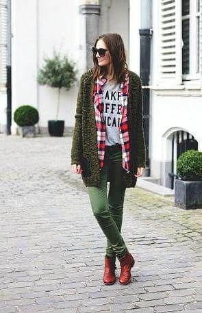 グリーン・緑色パンツとショートブーツとカーディガンとチェックシャツコーデ