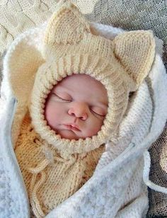 """Схема и инструкция вязания спицами шапки-шлема """"Лисенок Вук""""для новорожденного"""