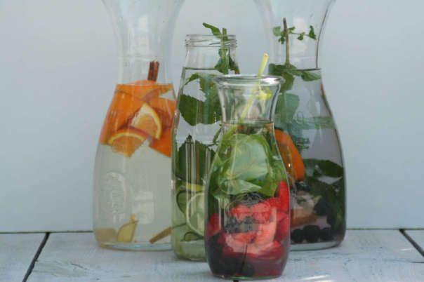 Detox fruit water - 4 aardbeien, handje blauwe bessen, 1 takje basilicum