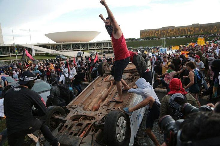 """Em """"defesa da educação"""", terroristas da esquerda destroem carros e Ministério da Educação"""
