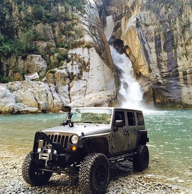 NICE BACKGROUND FOR THE INCREDIBLE JEEP