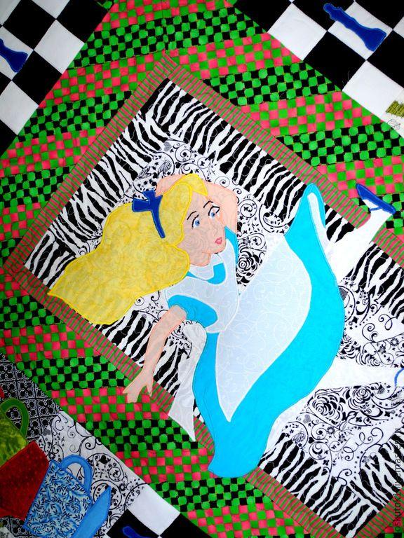 Алиса. Фрагмент пэчворк пледа АЛИСА В СТРАНЕ ЧУДЕС. Лоскутная аппликация. ======================= лоскутный плед лоскутные пледы шитье одеяло одеяла покрывала пэчворк квилтинг лоскутная техника для дома уют стиль печворк Patchwork Quilting квилт картина арт работа мастер мастера