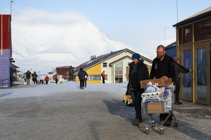 """Embora as ilhas de Svalbard (""""costa fria"""") já se encontrassem referidas em sagas nórdicas, o primeiro contacto oficial com a civilização europeia deu-se quando Willem Barrents por aqui passou na sua tentativa de encontrar uma passagem para a China pelo árctico. O viajante cujo nome hoje é sinónimo do mar que banha a costa sudeste …"""