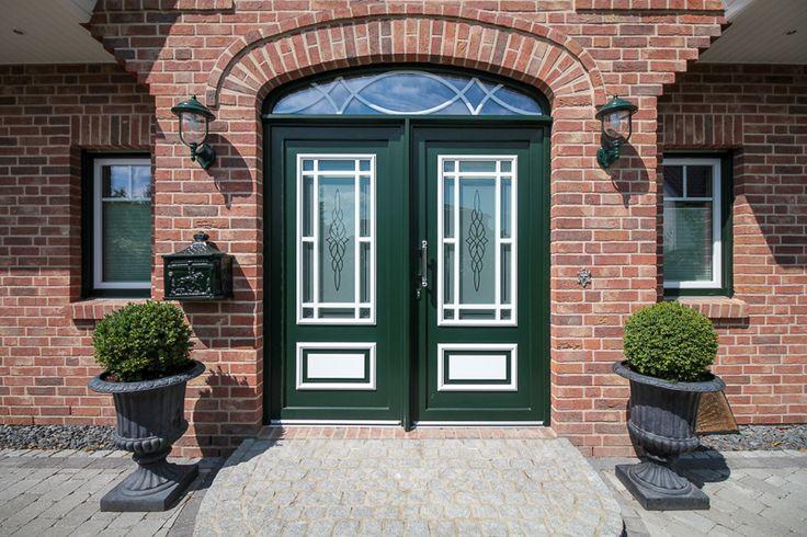 Haustüren aus Kunststoff oder Holz mit Stilelementen, wie Sprossen, Bögen, aufgesetzten Kassetten und individuellen Rahmenfarben – ECO System HAUS