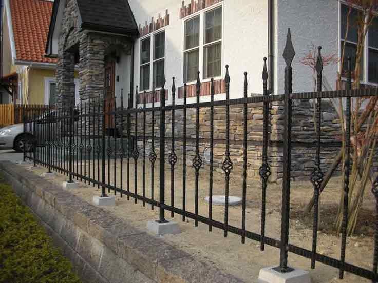 フェンスや塀には、自宅の敷地の境界線を明確にするという役割の他に、防犯、目隠し、庭や住宅など、敷地全体のイメージアップという役割があります。  そして、フェンスや塀には、様々な素材やデザインが揃っているので、設置する場所の環境や住宅のタイプ、設置する目的に合わせて、最適なものを選ぶようにしましょう。                  ■素材の種類