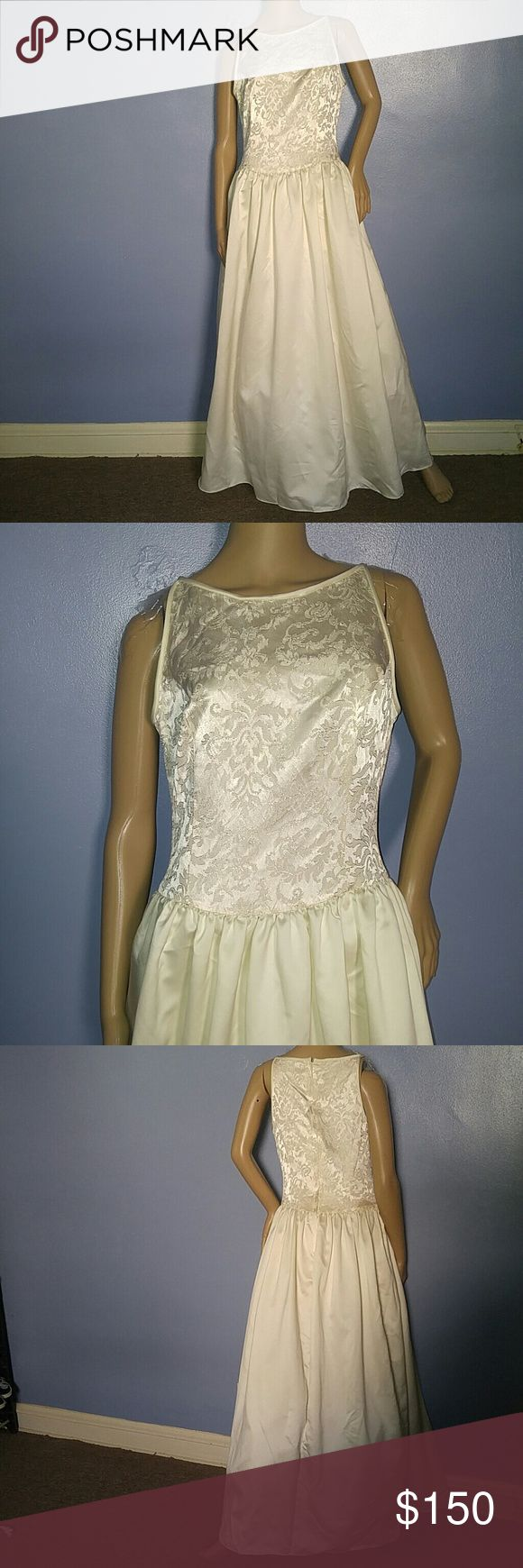 Vintage Original Gunne Sax Wedding Dress Stunning Vintage Original Gunne Sax Wedding Dress. Label: Jessica McClintock Gunne Sax Bodice has Textured Floral Design with Flowers Trimmed in Gold Lame. Beautiful Condition ! Off White Color. An Awesome Gown for Today's Princess Bride. Fits Size 8 Vintage Dresses Wedding
