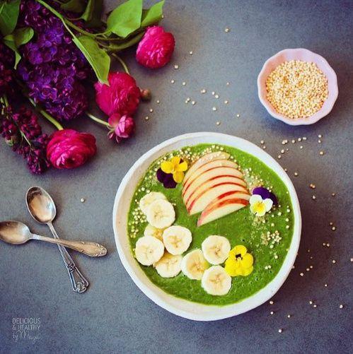 Green smoothie : banane, pomme, poire, épinards, persil et gingembre