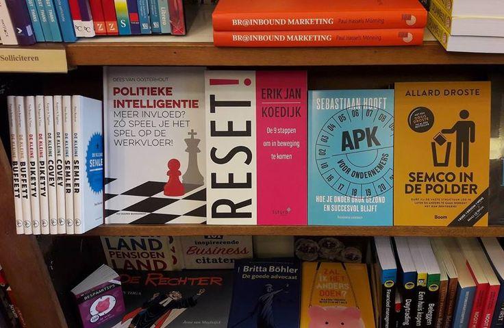 Super, het boek 'RESET!' van Erik Jan Koedijk tussen mooi gezelschap bij boekhandel H. de Vries Boeken in Haarlem. #reset #erikjankoedijk #hdevriesboeken #futurouitgevers