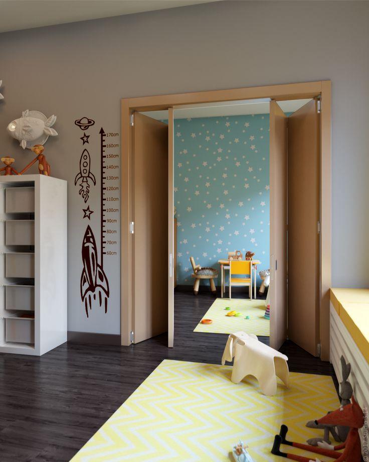 Складная дверь в широком дверном проеме при необходимости изолирует комнаты.