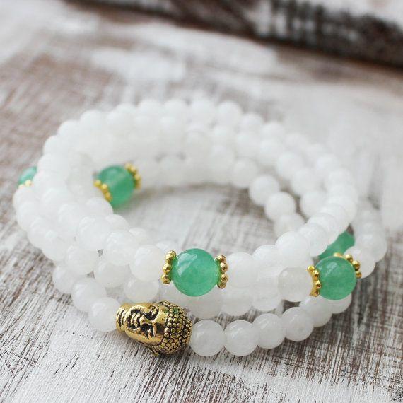 108 Schnee Quarz grünen Aventurin eingewickelt Handgelenk Mala Halskette  Bringen von Reinheit und Glück in Ihr Leben mit dieser 108 eingewickelt Handgelenk Mala/Halskette mit 108 Schnee Quarz (6mm) 5 grüne aventurine(8mm) Perlen und 1 Gold Buddha Guru Perlen. Ich sie auf eine starke Latex frei Stretch Schnur, machen es leicht an- und ausziehen aufgereiht.  * Dies ist ein absolut einzigartiges Muster, das von mir erstellt. Es ist nur verfügbar @ DazzleDream. Gleiche Muster aus anderen Orten…