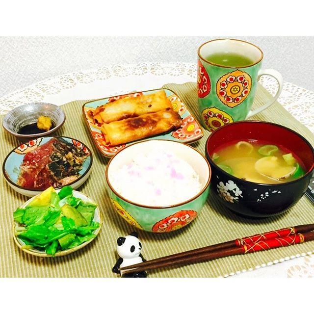 tabinchu_pandaこんばんは!今日は、ポカポカ陽気の過ごし易い1日でしたコートも手袋なしで出れるのは気分的に良いものですね(*^^*) さて、今夜は春巻き(揚げましたが、チルドのものなので即席です)鰹のたたき、ルッコラとアボカドのサラダ、あさりのお味噌汁をいただきました。外食、美味しいもの大好き♡ですが。おうちごはんの良いところは、そのままゴロンするも良し。お風呂に入るも良し。ゆっくり食べたいので、時間を気にしなくて良いのが何より(^-^)さぁ、明日のコーディネート 準備をしますかね。  #ばんごはん  #おうちごはん  #備忘録 #dinner  #thursdaynight