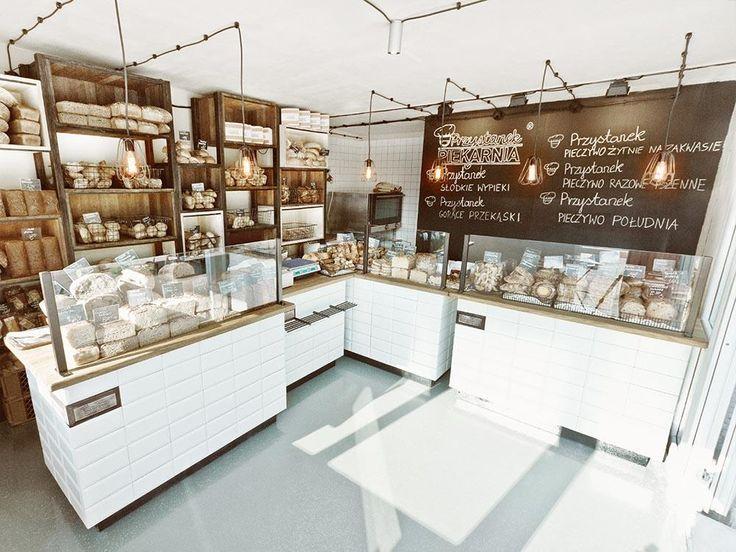 Krzosek Bakery — это семейное предприятие, которым владеют несколько поколений с 1959 года. Здесь ценят традиции, но стремятся к постоянному развитию. Этот принцип нашёл отражение в концепции дизайна, разработанной польским специалистом Масеем Курковским для торговых площадок сети. Ему удалось решить задачу создания единой схемы оформления всех пекарен, представленных брендом Przystanek Piekarnia. Индивидуальность каждой из них …