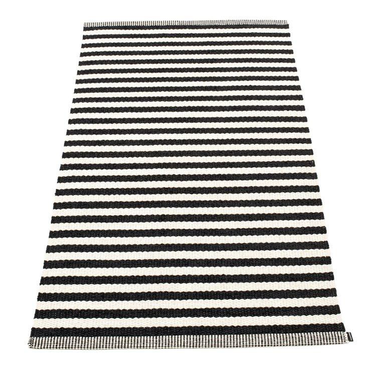 Duo teppe fra Pappelina. Et flott, enkelt og funksjonelt plastteppe produsert i PVC-plast og Polyest...