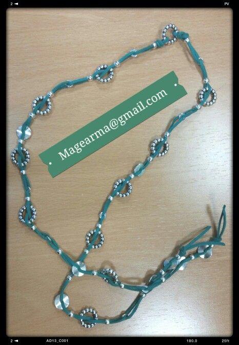 Collar verde de antelina con piezas metálicas