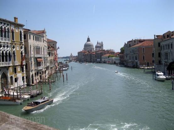 Het Canal Grande s het belangrijkste en grootste kanaal in Venetie. Het is tussen de 30 en 70 meter breed en circa 5 meter diep.