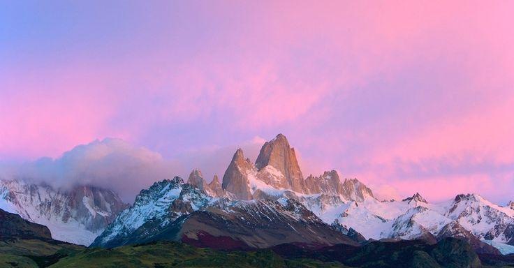 Nuvens rosas e cirros se acumulam sobre os picos de granito no maciço de Fitz Roy, na Patagônia. A montanha, escalada pela primeira vez em 1952, ainda está entre as mais difíceis do mundo para os alpinistas