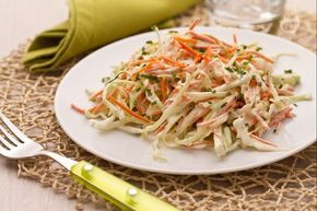 L'insalata di cavolo e carote è un contorno di origine anglosassone. Saporito e facile da preparare, è ideale per accompagnare piatti di carne o pesce